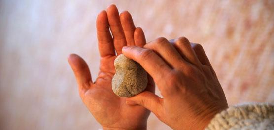 Stein in einer Hand